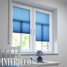 Blaues Plissee für eine harmonische Fensterdekoration.