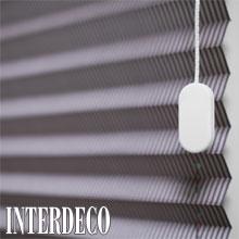 Das Plissee in Grau und Silber sorgt für einen eleganten Sichtschutz.